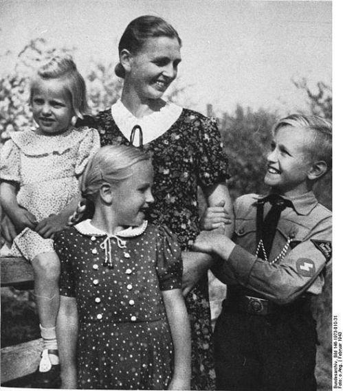 Bundesarchiv_Bild_146-1973-010-31,_Mutter_mit_Kindern