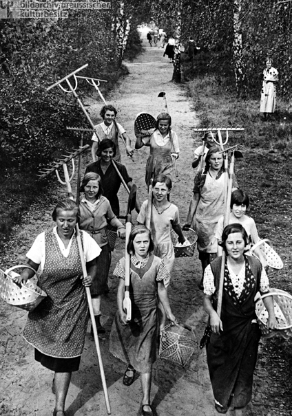 """Junge Frauen und M""""dchen aus dem Landjahrheim in Finkenkrug"""