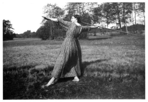 Wandervogel-Mädchen beim Speerwurf